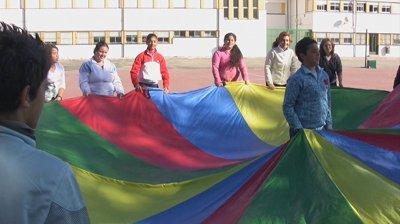 Niñas y niños del CEIP Gloria Fuertes participan en juegos cooperativos. Foto: Aula Intercultural.