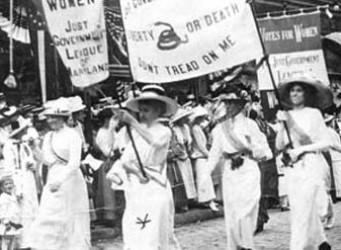Imagen en blanco y negro de feministas del siglo XIX
