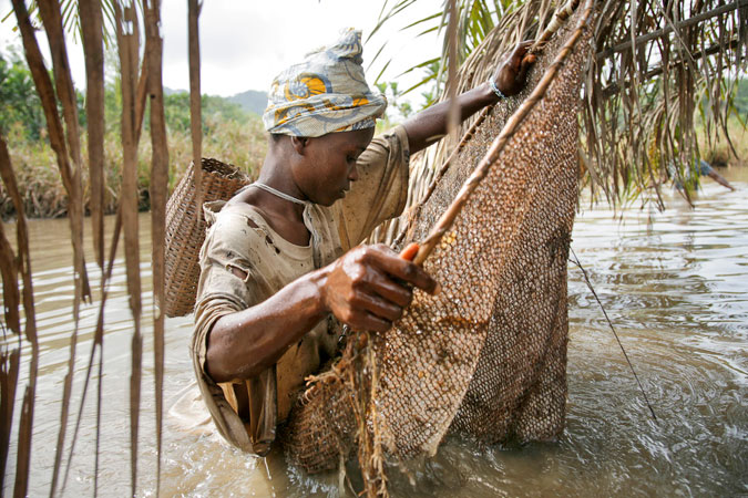 Foto de una mujer pescando