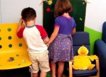 Imagen de una pareja de niños jugando