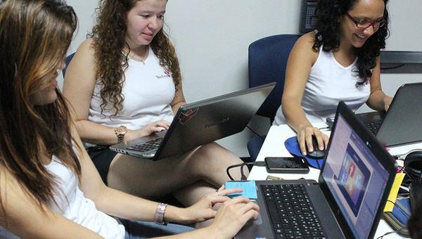 Imagen de unas jóvenes trabajando con ordenadores