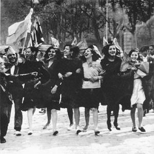 Foto de jóvenes sufragistas celebrando el voto femenino