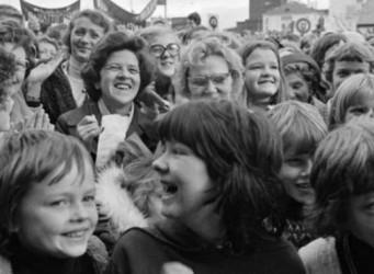 Imagen en blanco y negro de un grupo de mujeres y niños