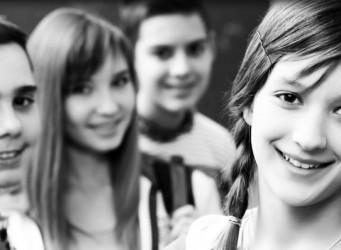 Imagen de unos jóvenes sonrientes