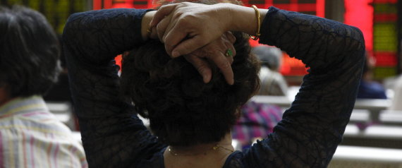 imagen de la nuca de una mujer con las manos en la cabeza