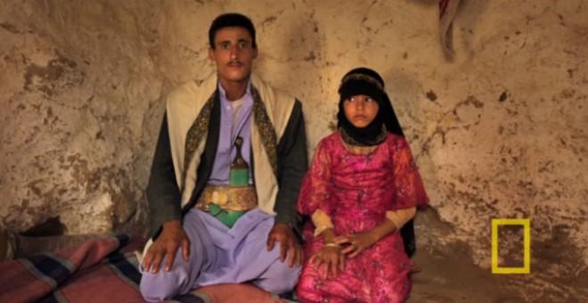 Imagen de una pareja de un adulto y una niña en su boda