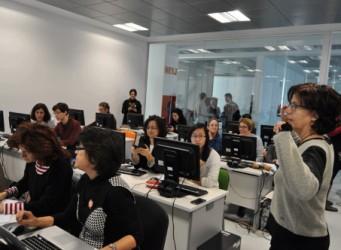 Imagen del editaton, grupo de mujeres editando Wikipedia