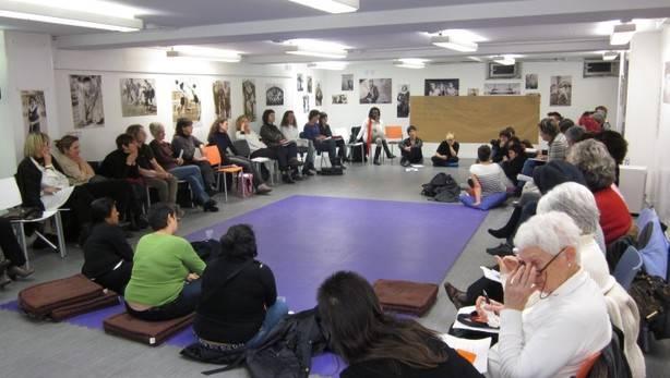 imagen de un grupo de mujeres en una sala