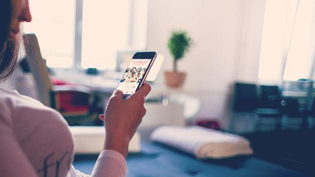 imagen de las manos de una joven usando el smartphone