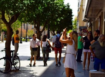 Imagen de una joven haciendo una foto con el móvil
