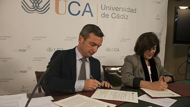 Imagen del Rector de la UCA firmando