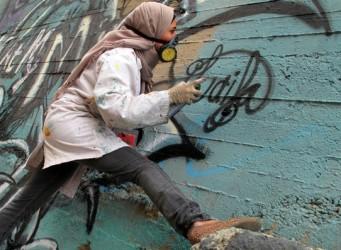 Joven egipcia pintando un graffiti