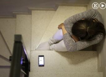 Imagen de una joven en una escalera con un móvil en el suelo
