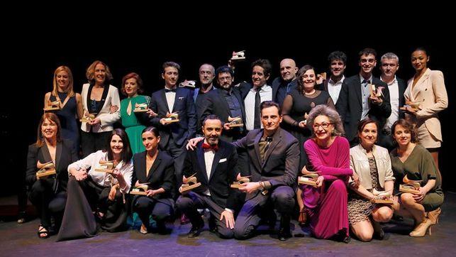 Imagen de grupo de los premiados y participantes