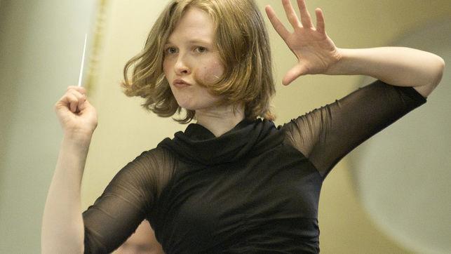 Imagen de una directora de orquesta trabajando