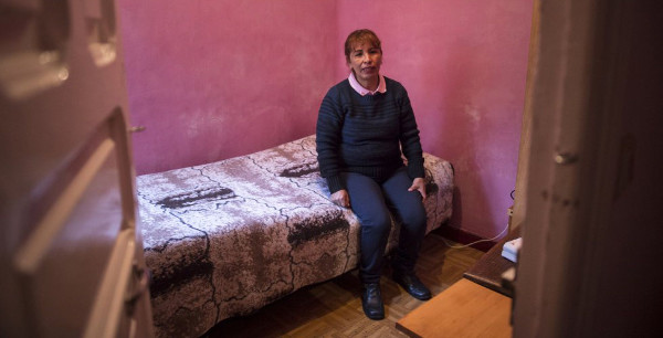 Imagen de la entrevistada Elisabeth en una pequeña habitación