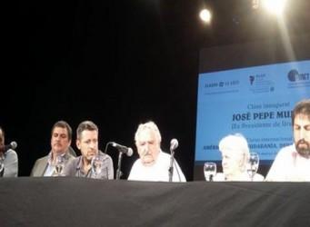 Imagen de la mesa en que participaba Mújica