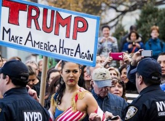 Imágenes de un grupo de mujeres en una manifestación contra Trump