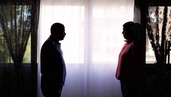 Imagen de un hombre y una mujer en la semioscuridad