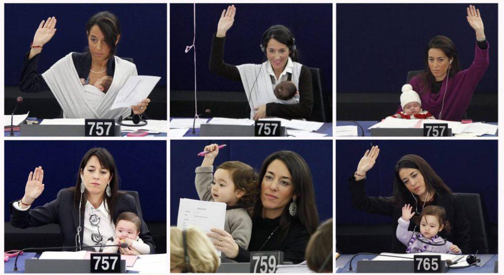 Varias imágenes de una diputada con su hija en el Parlamento