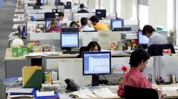 Imagen de una gran oficina diáfana con trabajadores/as