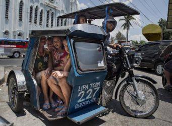 Imagen de varios jóvenes filipinos en el sidecar de una moto