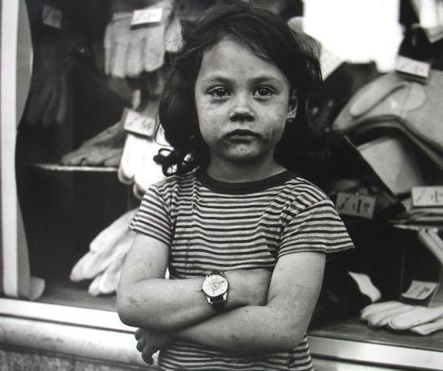 Otra foto de Maier, una niña llorosa con la cara sucia