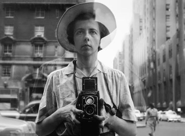 Autoretrato de la fotógrafa Vivian Maier en un escaparate