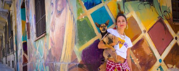 Imagen de la psico woman, Isabel, con un perrito