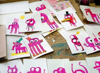 Bocetos de la autora, de vivos colores