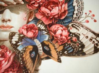Ilustración con flores y parte de un rostro de mujer