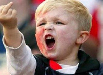 un niño rubio haciendo el gesto llamado