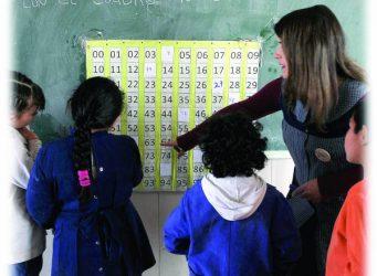 Imagen de una maestra con un grupo ded alumnas