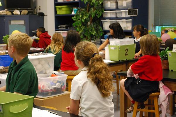 Imagen de niños y niñas en una clase