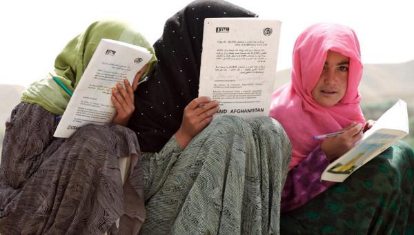 Imagen de tres estudiantes con hijab
