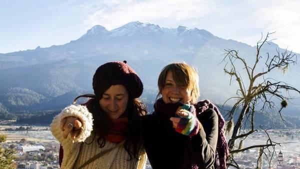 Imagen de la protagonista y la directora del documental