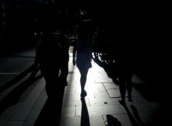 imagen oscurecida de varias mujeres y sus sombras