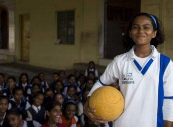 una joven jugadora india de fútbol