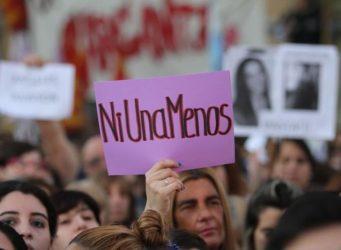 imagen de la manifestación con un cartel Ni una menos