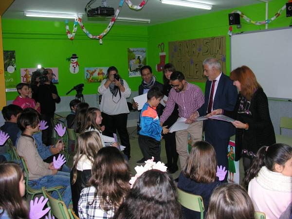 Imagen de los jóvenes recibiendo el premio