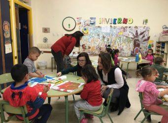 Imagen de una clase y varias profesoras y niños/as