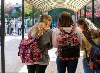 Imagen de tres jóvenes con mochilas