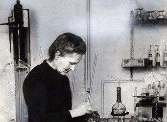 Imagen de Marie Curie en su laboratorio