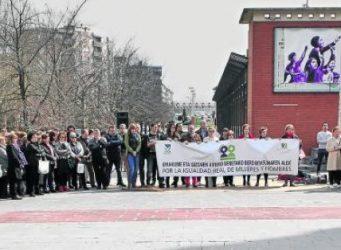 Imagen de la concentración ante el mural reivindicativo
