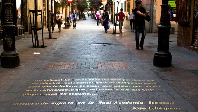 Imagen de una texto literario escrito en una calle de Madrid