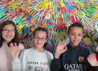 Fotograma de uno de los vídeos con un grupo de niños