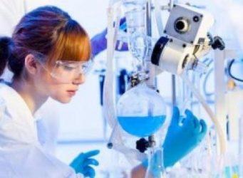 imagen de una joven en un laboratorio