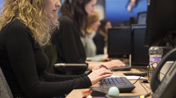 imagen de empleadas ante ordenadores