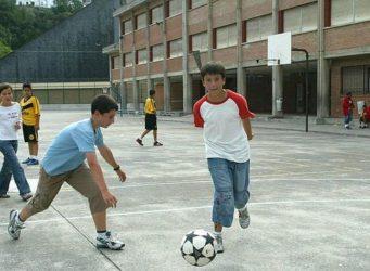 grupo de niños jugando en el patio de un colegio