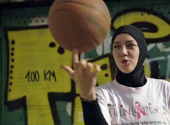 imagen de una jugadora de baloncesto con hijab